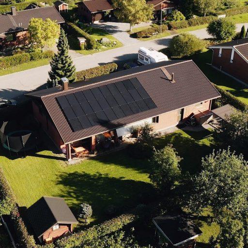 Oma aurinkosähköjärjestelmä on konkreettinen teko puhtaamman luonnon puolesta, sillä se on yksi ympäristöystävällisimmistä sähköntuotantomuodoista. 👍 Tuottaessasi itse osan sähköstä aurinkopaneeleilla olet omavaraisempi myös sähkön siirtohintojen noustessa!Oomilta saat juuri sinun tarpeisiisi optimoidun aurinkopaneelipaketin avaimet käteen -toimituksena. Se on meistä vain reilua!#oomienergia #aurinkoenergiaa #aurinkopaneeli