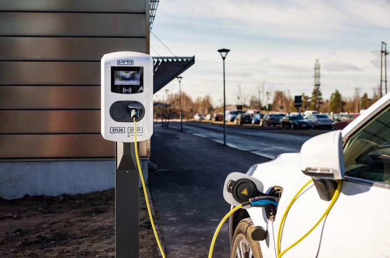 """""""Olemme jo pitkään panostaneet kestävään kehitykseen ja pyrkineet vähentämään hiilijalanjälkeämme. Päätimme ottaa sähköauton latauspisteet avaimet käteen -mallilla, ja se on toiminut tosi hyvin"""", iloitsee Nornickel Harjavallan Pekka Alisaari. Toteutimme Nornickel Harjavallalle sähköautojen latausratkaisun, jolla voi ladata kaikkia lataushybridi- ja täyssähköautoja."""